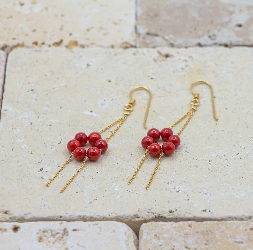 Boucles en fleurs - Boucles d'oreilles en corail rouge fabriquées par L'atelier du corail.