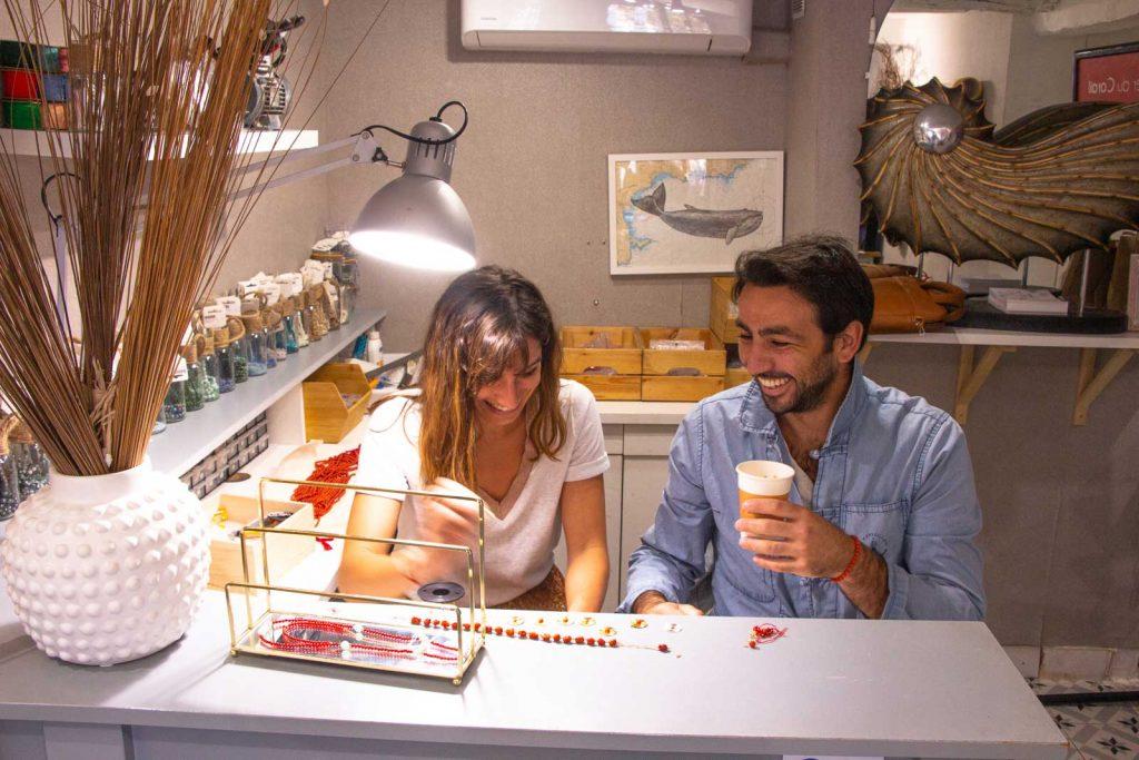 Jonas et Gaëlle récoltent et fabriquent des bijoux composés de perles de corail.