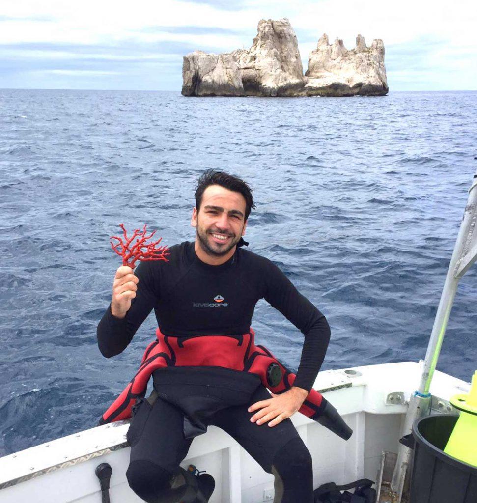 Jonas fait partie des 16 derniers corailleurs autorisés à pêcher le corail en France.