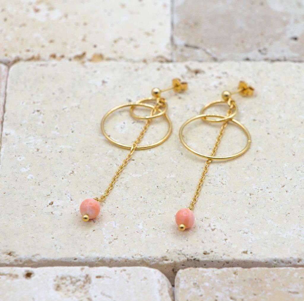 Boucles anneaux chics & Peau d'ange sont des boucles d'oreilles en corail rouge fabriquées par L'atelier du corail.