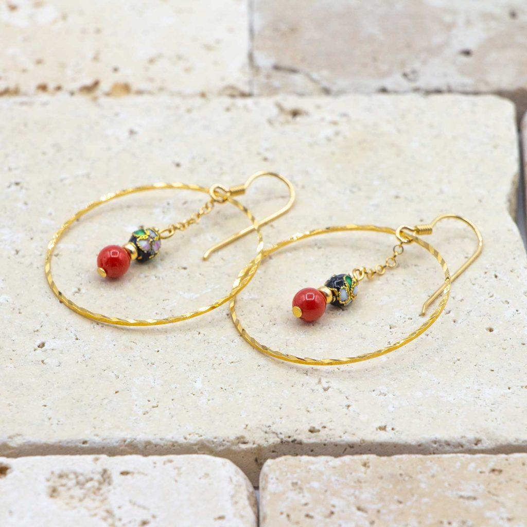 Créoles Jap' dedans sont des boucles d'oreilles en corail rouge fabriquées par L'atelier du corail.