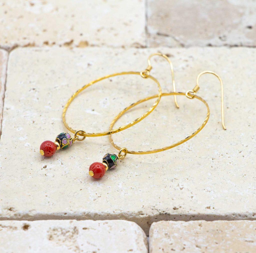 Créoles Jap' dehors sont des boucles d'oreilles en corail rouge fabriquées par L'atelier du corail.