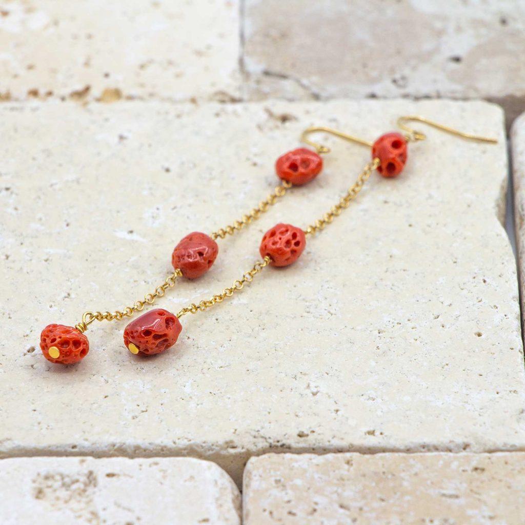 Boucles d'oreilles cailloux sont des boucles d'oreilles en corail rouge fabriquées par L'atelier du corail.