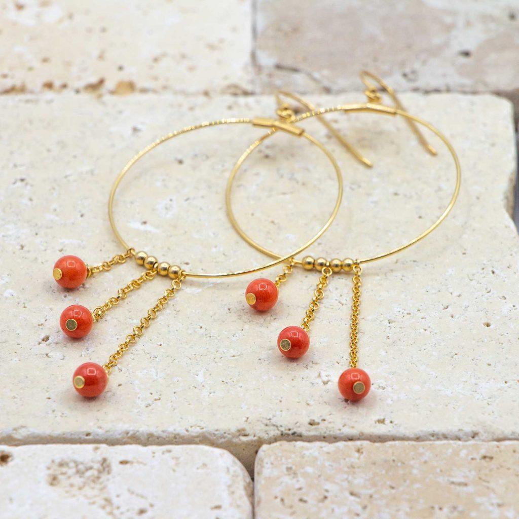 Créoles échelonnées sont des boucles d'oreilles créoles en corail rouge fabriquées par L'atelier du corail.