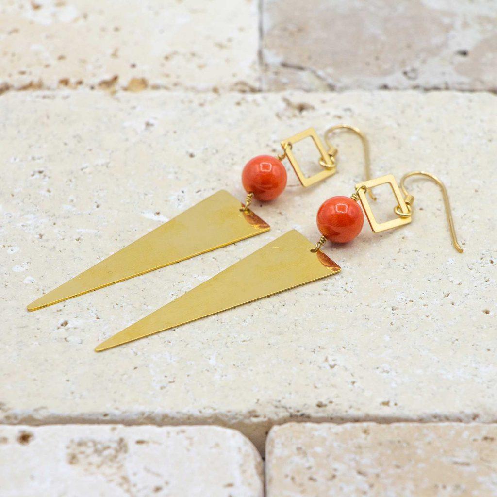 Boucles triangles & minis carrés sont des boucles d'oreilles en corail rouge fabriquées par L'atelier du corail.