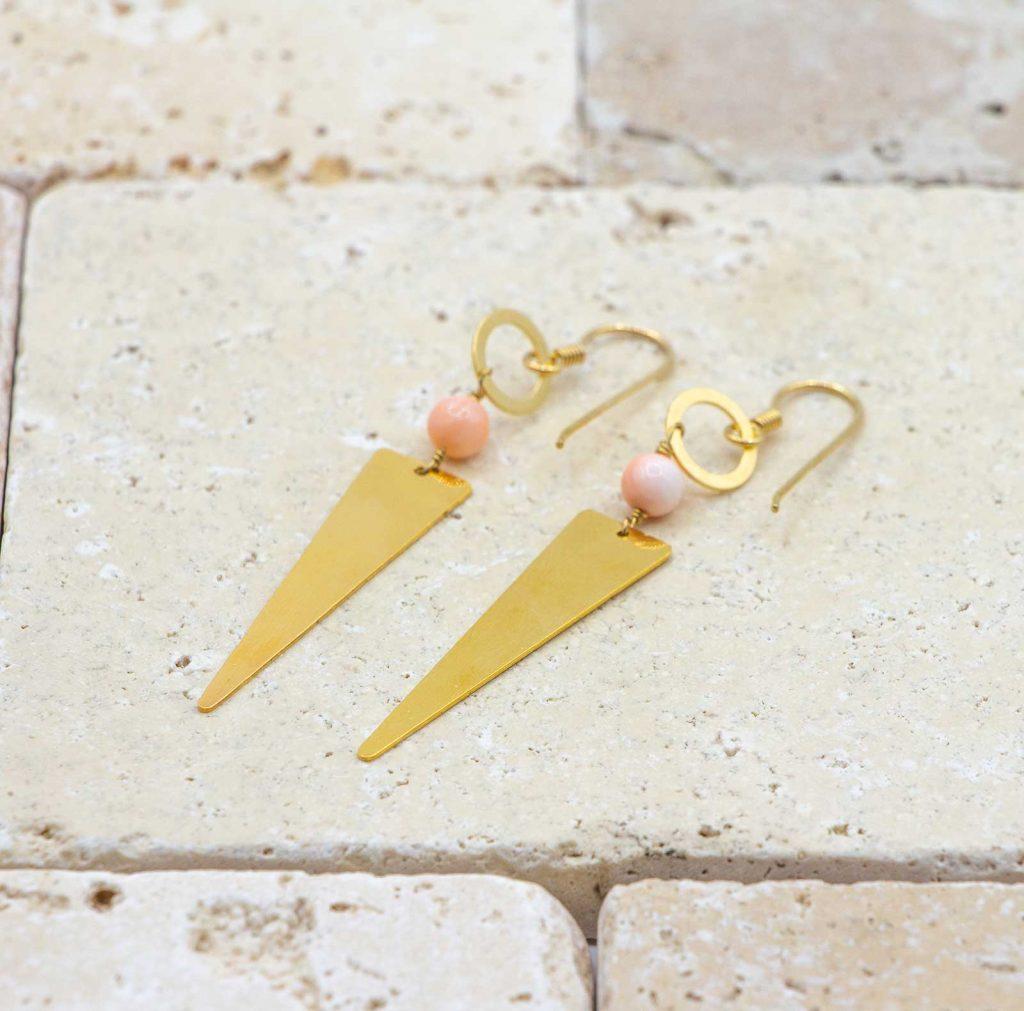 Boucles triangles peau d'ange sont des boucles d'oreilles en corail rouge fabriquées par L'atelier du corail.