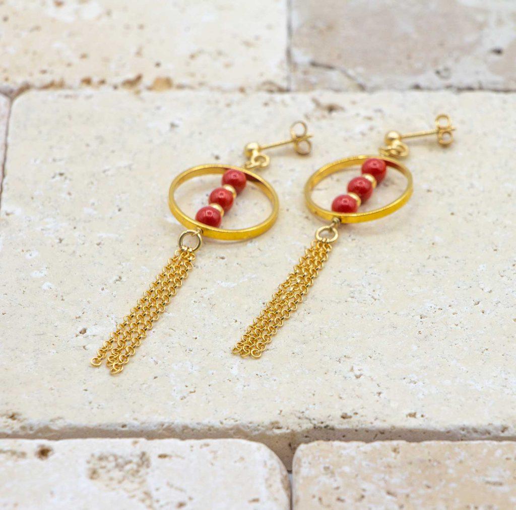 Boucles trio perles de corail sont des boucles d'oreilles en corail rouge fabriquées par L'atelier du corail.