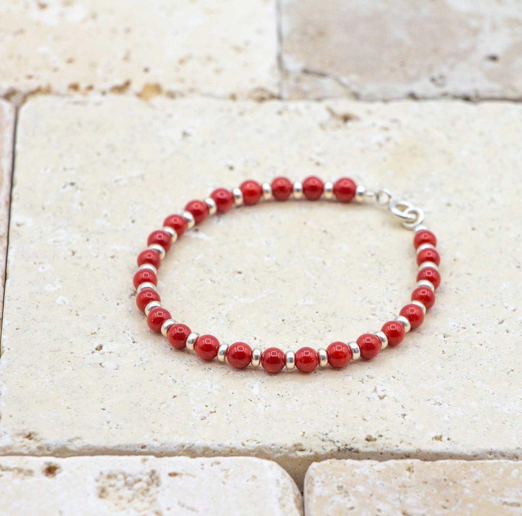 Le vintage argent est un bracelet en corail rouge fabriqué par L'atelier du corail à Marseille.