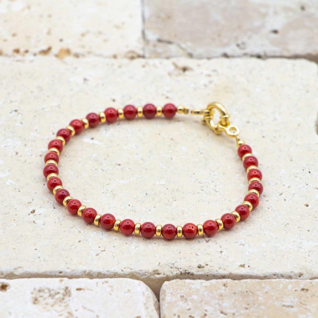 Le vintage doré est un bracelet en corail rouge fabriqué par L'atelier du corail à Marseille.