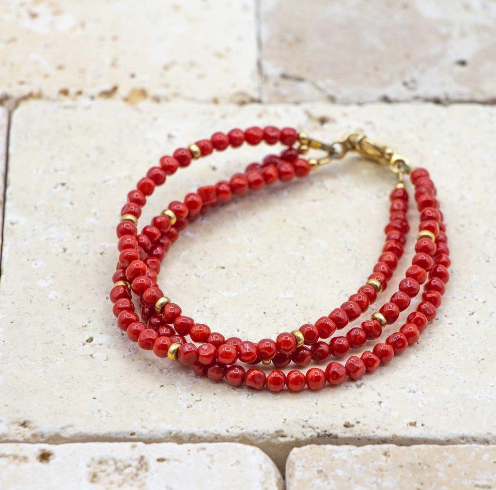 Le bracelet full perles facettées est un bracelet en corail rouge fabriqué par L'atelier du corail à Marseille.