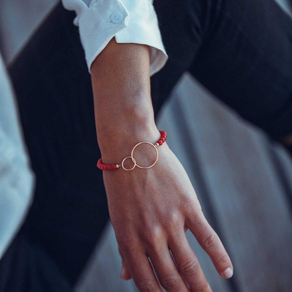Bracelet perles & anneaux chics est un bracelet en corail rouge fabriqué par L'atelier du corail à Marseille.