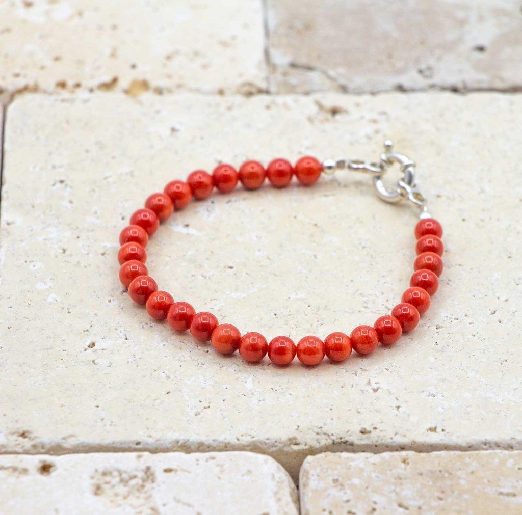 Le classique bracelet de perles argent est un bracelet en corail rouge fabriqué par L'atelier du corail à Marseille.