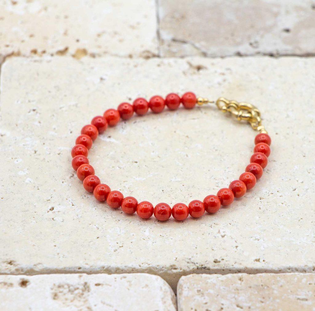 Le classique bracelet de perles or est un bracelet en corail rouge fabriqué par L'atelier du corail à Marseille.