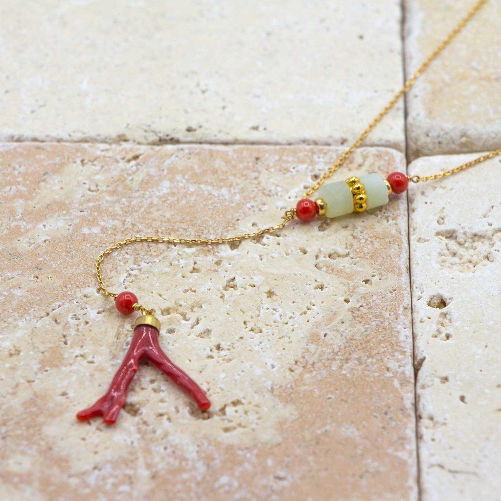 Collier asymétrique Jade et Peau d'ange est un collier en corail rouge fabriqué par L'atelier du corail à Marseille.