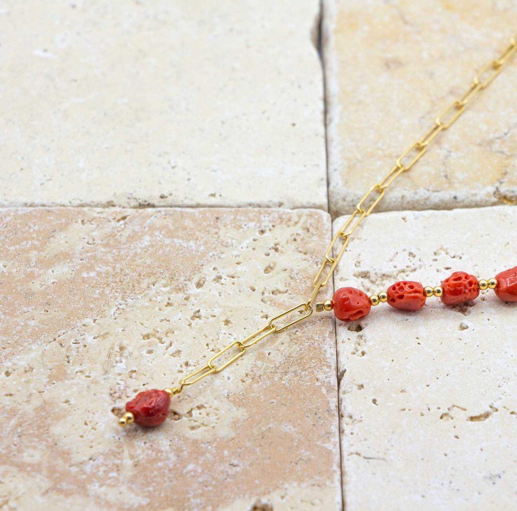 Collier cailloux de corail est un collier en corail rouge fabriqué par L'atelier du corail à Marseille.