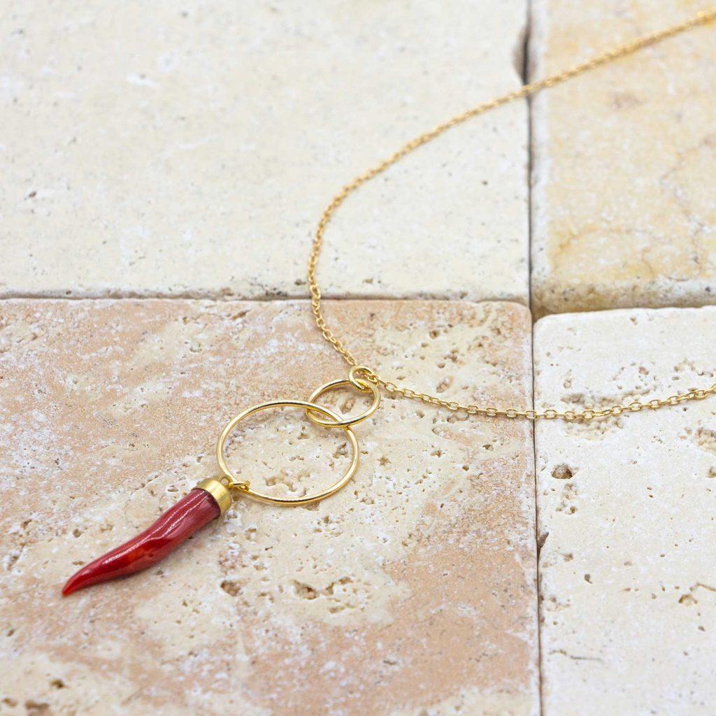 Collier corne d'abondance est un collier en corail rouge fabriqué par L'atelier du corail à Marseille.