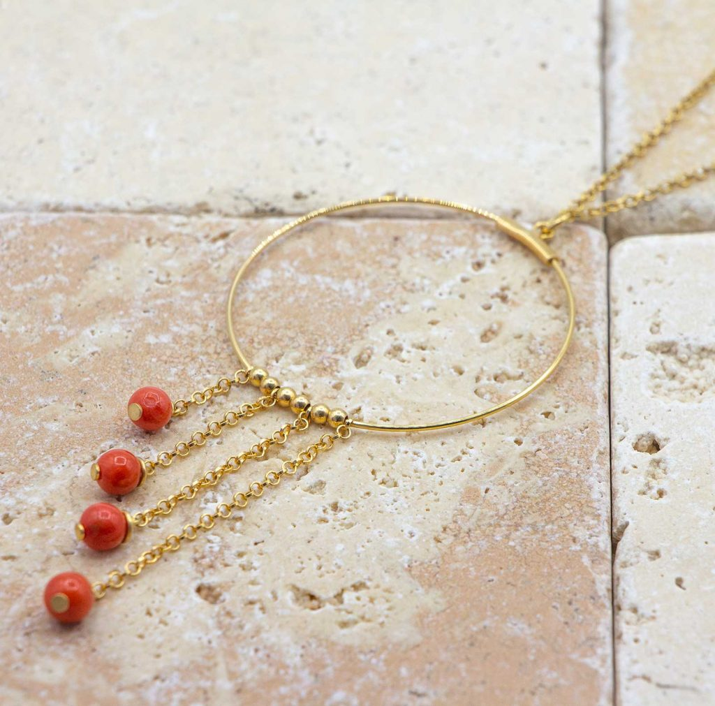 Collier échelonné est un collier en corail fabriqué par L'atelier du corail à Marseille.