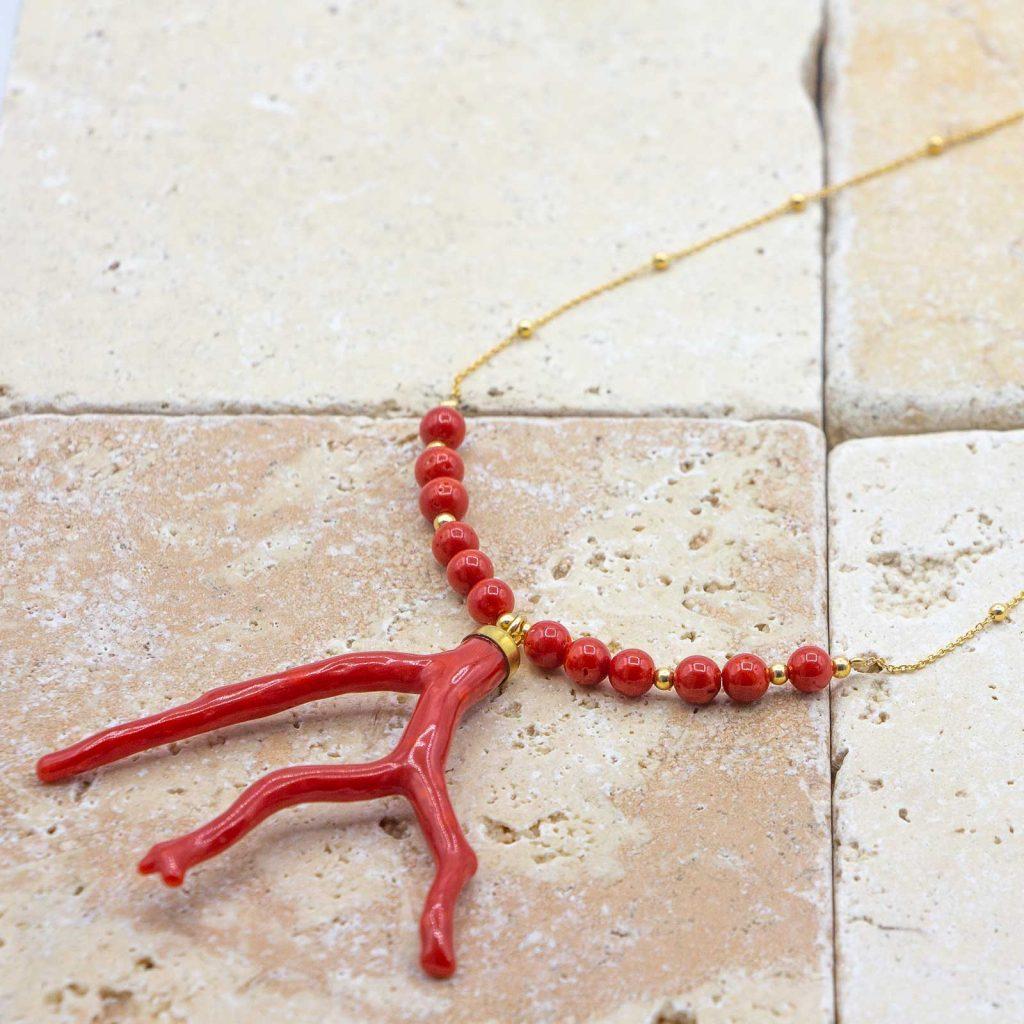 Collier médusa full branche grandes perles est un collier en corail rouge fabriqué par L'atelier du corail à Marseille.