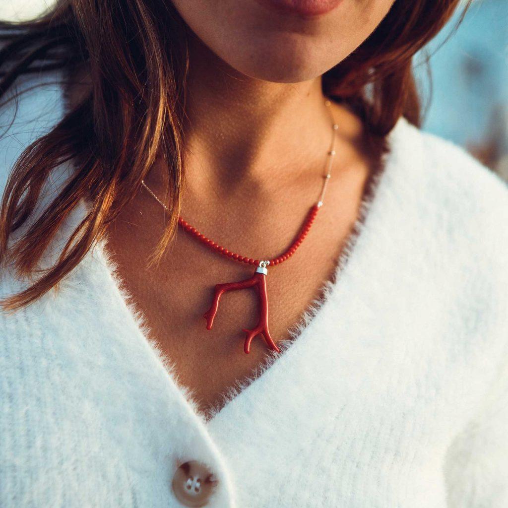 Collier médusa full branche petites perles est un collier en corail rouge fabriqué par L'atelier du corail à Marseille.