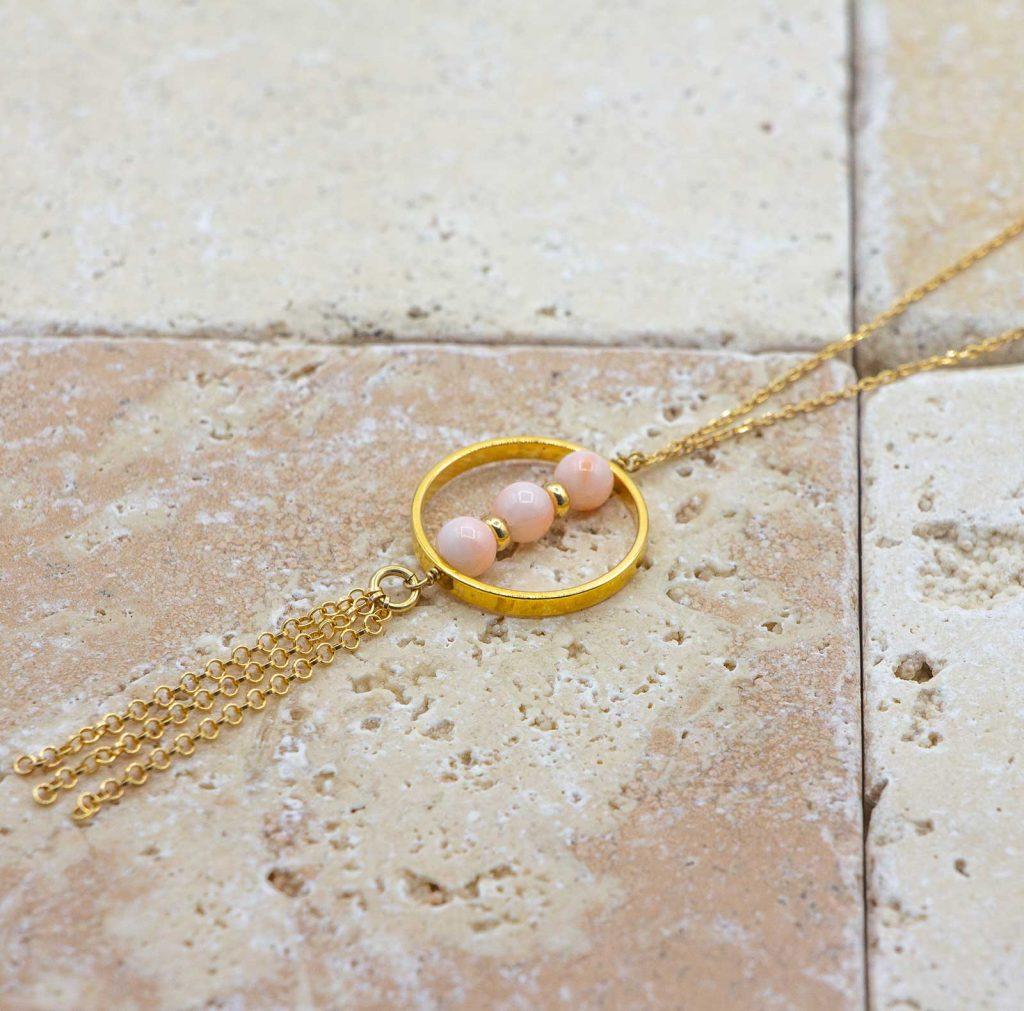 Collier Peau d'ange pompons chic est un collier en corail rouge fabriqué par L'atelier du corail à Marseille.