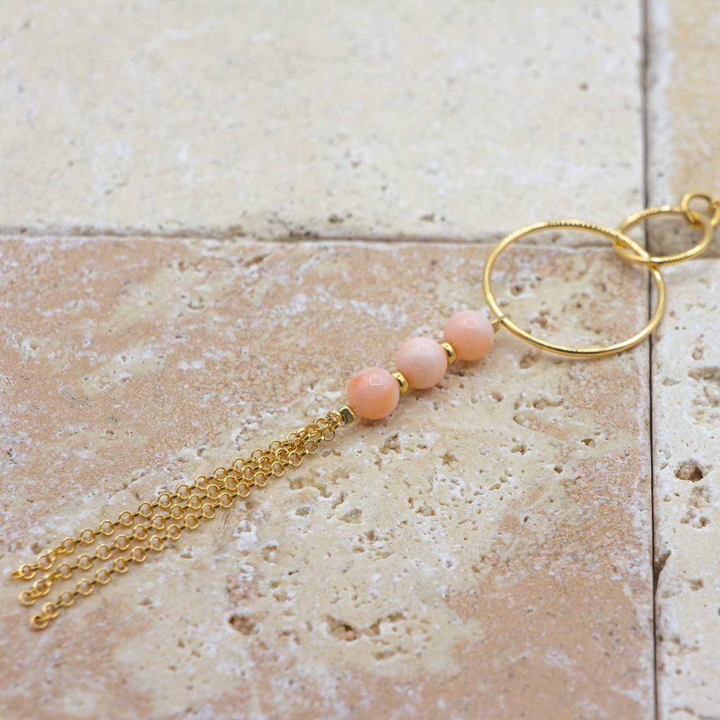 Collier Peau d'ange pompons chic long est un collier en corail fabriqué par L'atelier du corail à Marseille.