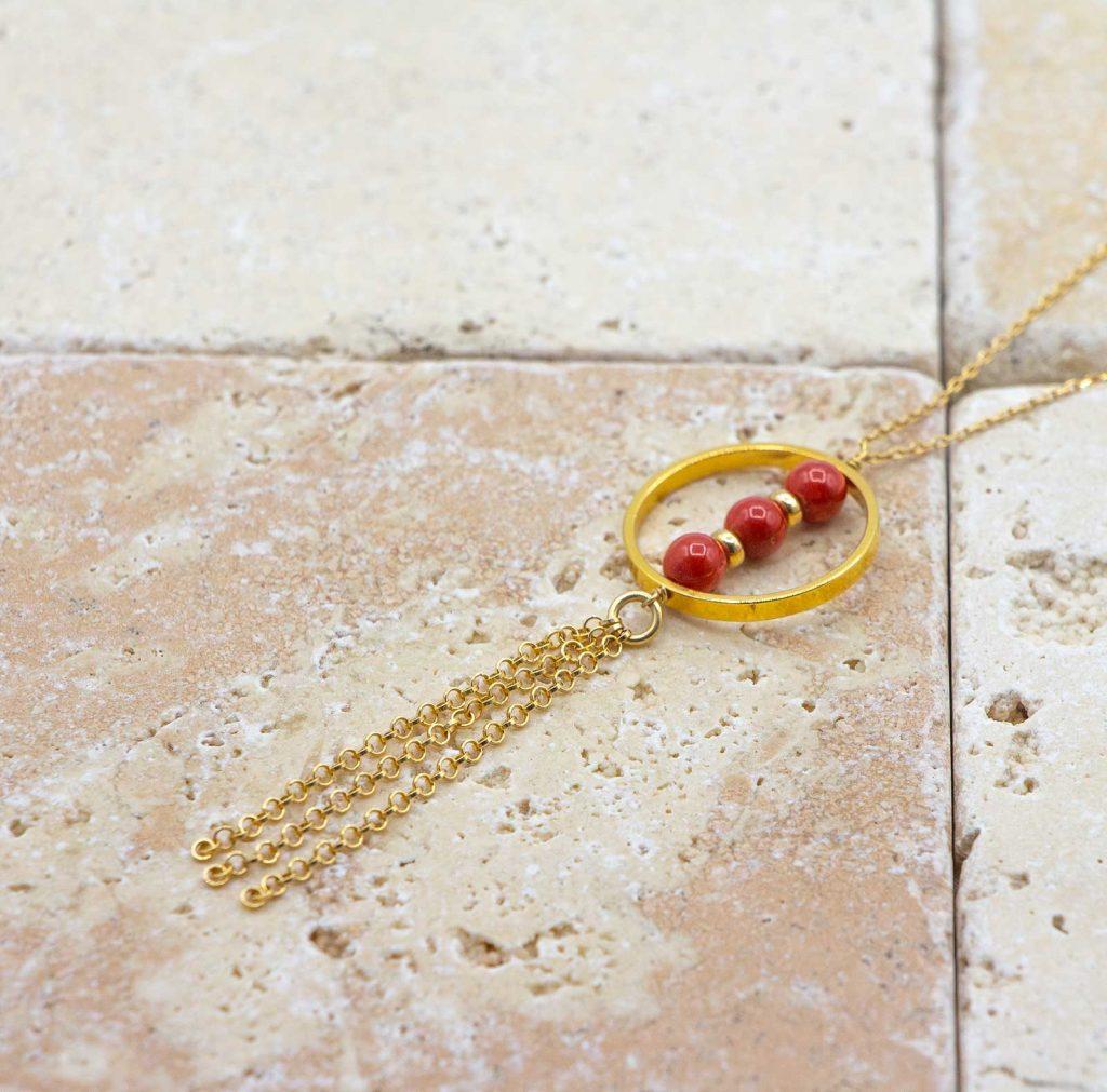 Collier pompons chics est un collier fabriqué par L'atelier du corail, spécialistes des bijoux en corail rouge à Marseille.