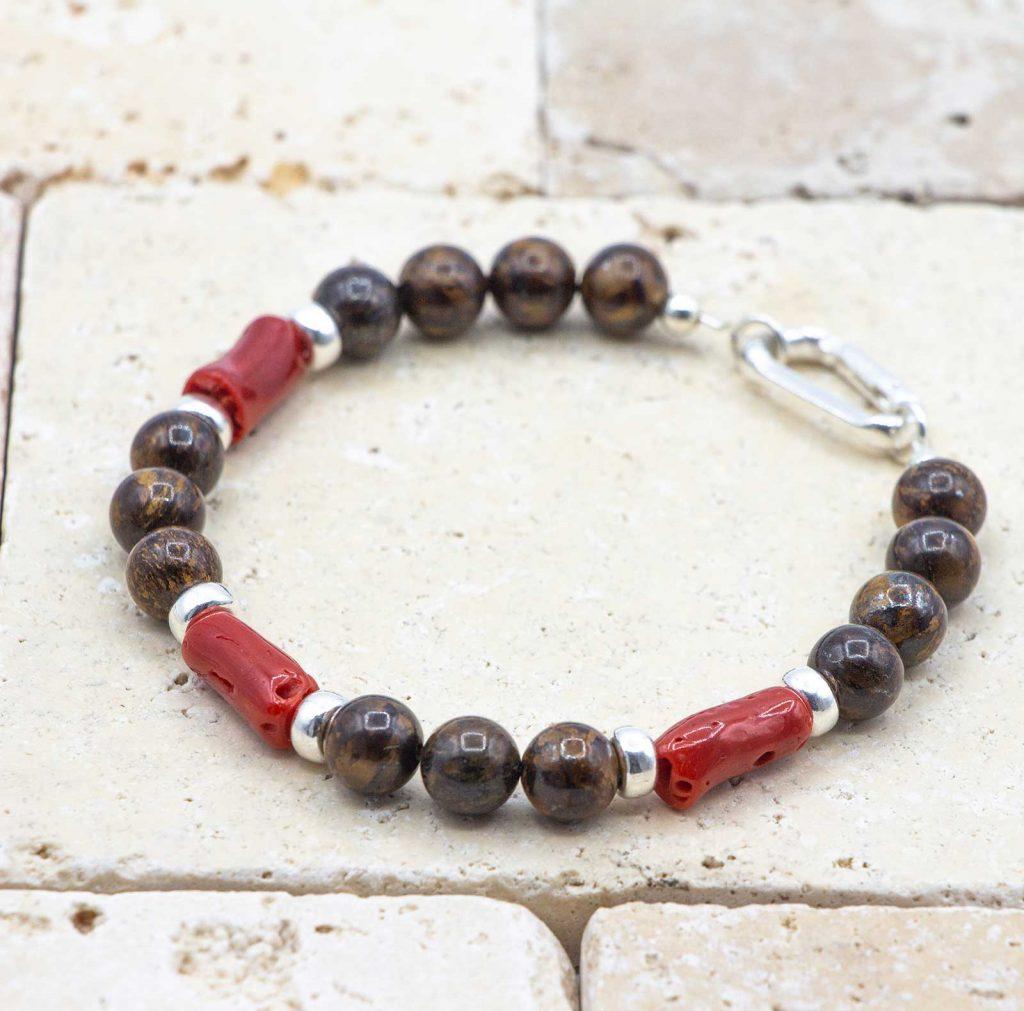 L'élégant Bronzite est un bracelet pour homme en corail rouge fabriqué par L'atelier du corail à Marseille.