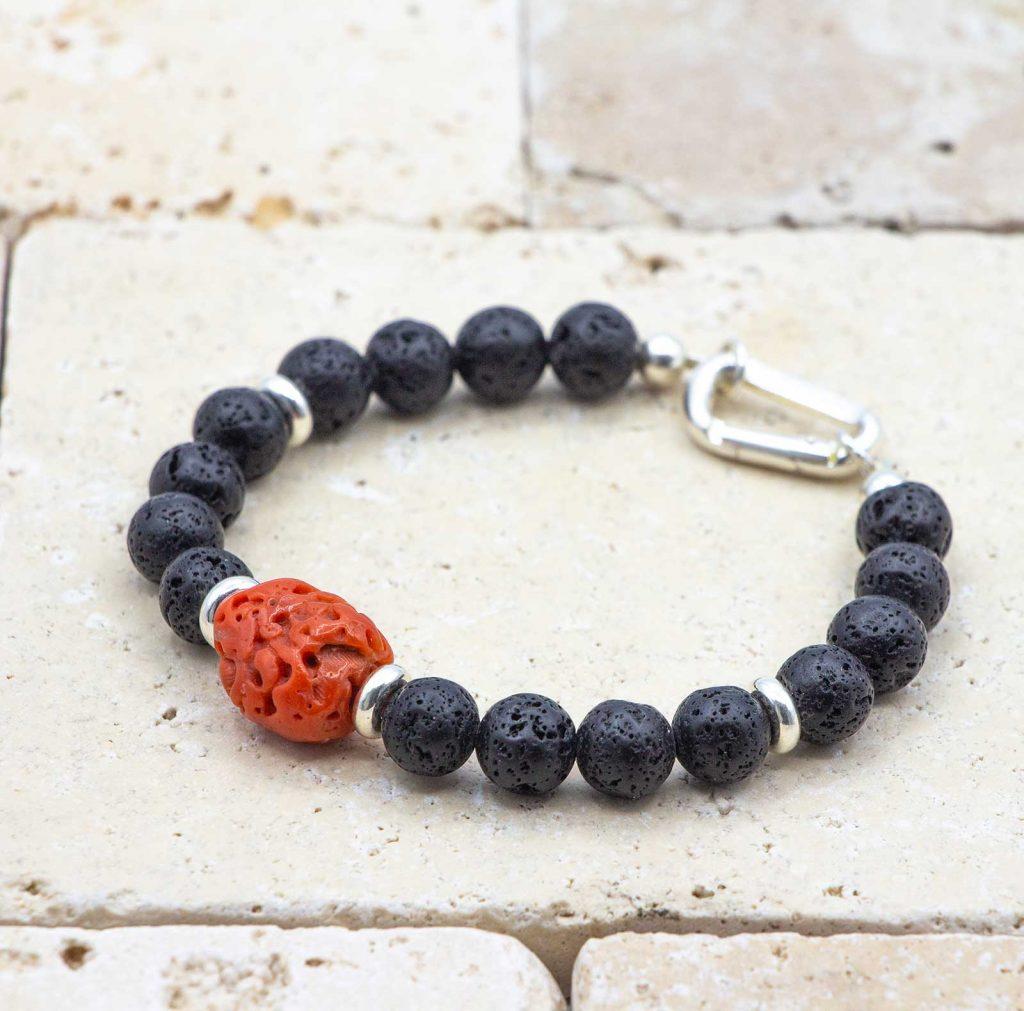 L'élégant Cailloux est un bracelet pour homme en corail rouge fabriqué par L'atelier du corail à Marseille.