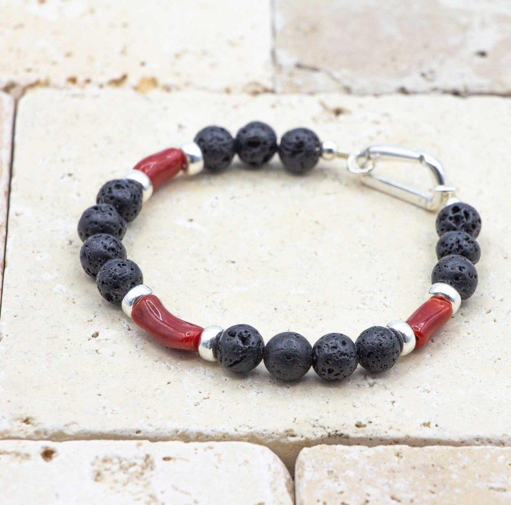 L'élégant Lave Noire est un bracelet pour homme en corail rouge fabriqué par L'atelier du corail à Marseille.