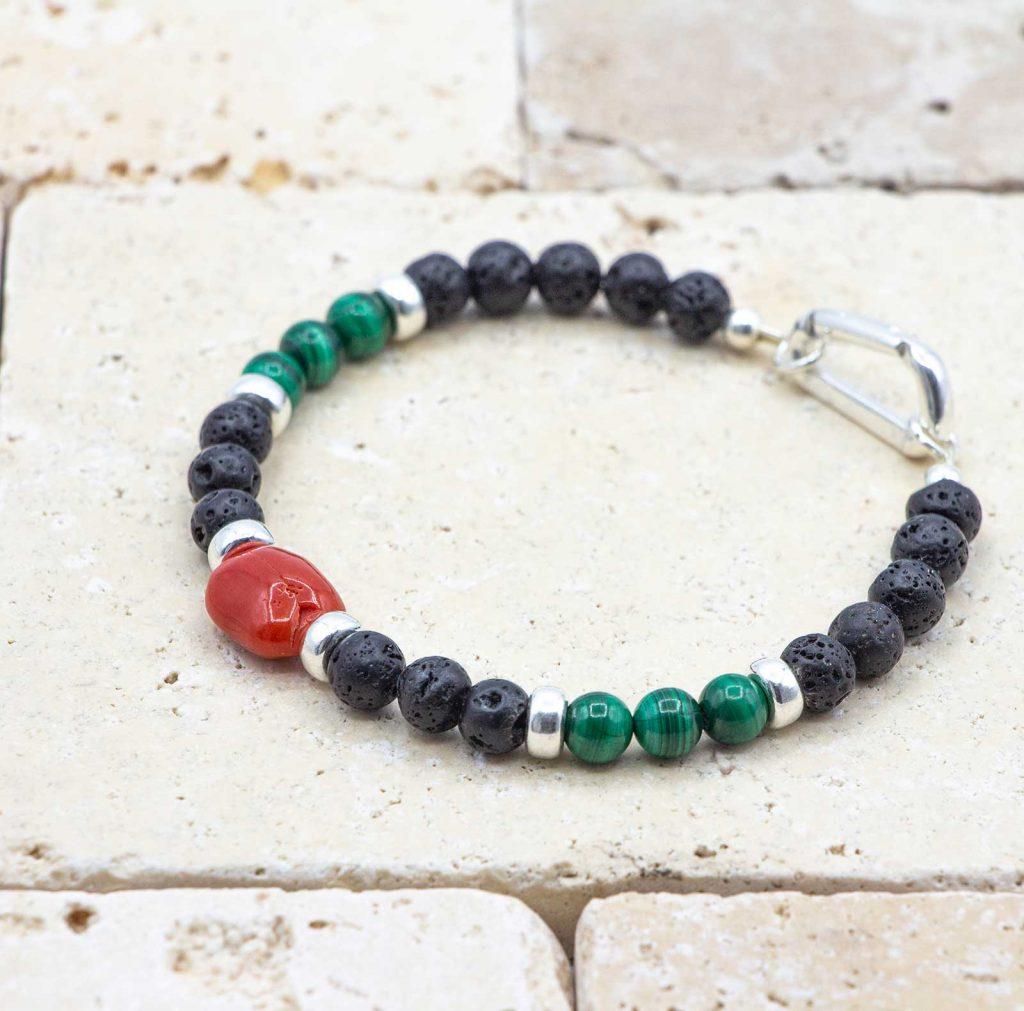 L'élégant Malachite est un bracelet pour homme en corail rouge fabriqué par L'atelier du corail à Marseille.