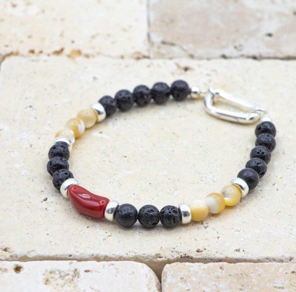 L'élégant Nacre est un bracelet pour homme en corail rouge fabriqué par L'atelier du corail à Marseille.