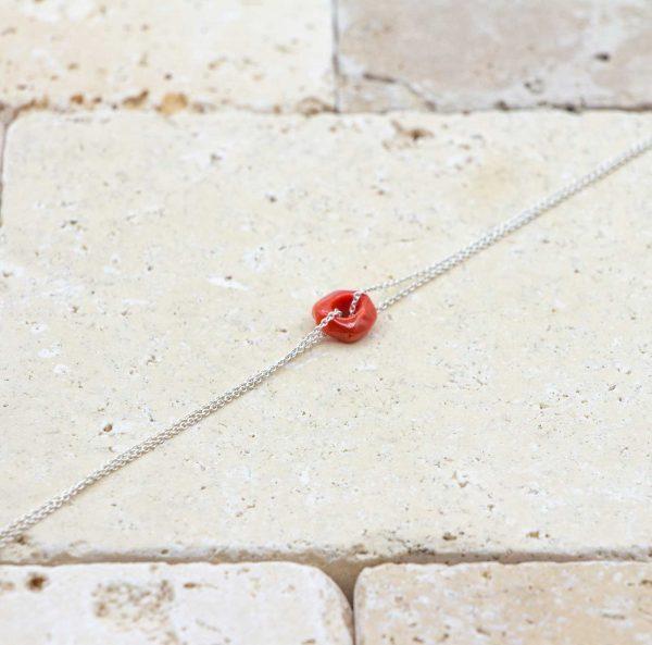 Le noeud / le lien argent fine est un bracelet en corail rouge fabriqué par L'atelier du corail à Marseille.