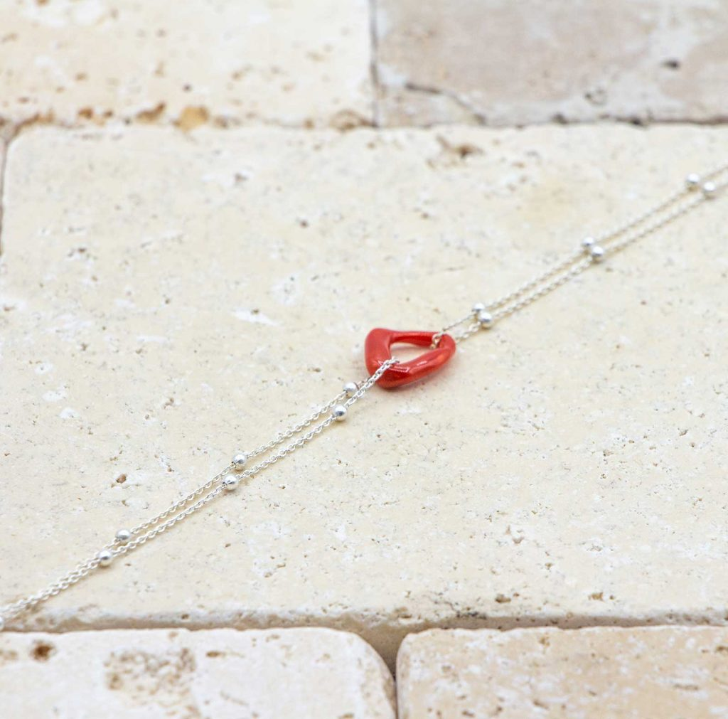 Le noeud / le lien argent perlée est un bracelet en corail rouge fabriqué par L'atelier du corail à Marseille.