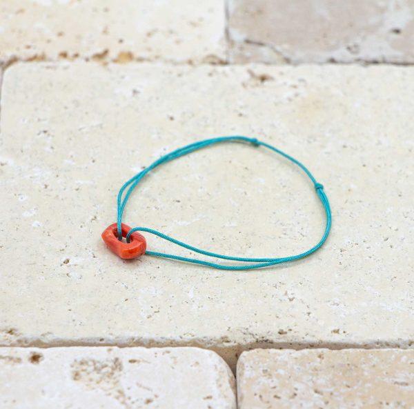 Le noeud / le lien bleu turquoise est un bracelet mixte en corail rouge fabriqué par L'atelier du corail à Marseille.