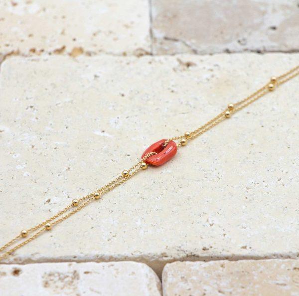 Le noeud / le lien dorée perlée est un bracelet en corail rouge fabriqué par L'atelier du corail à Marseille.