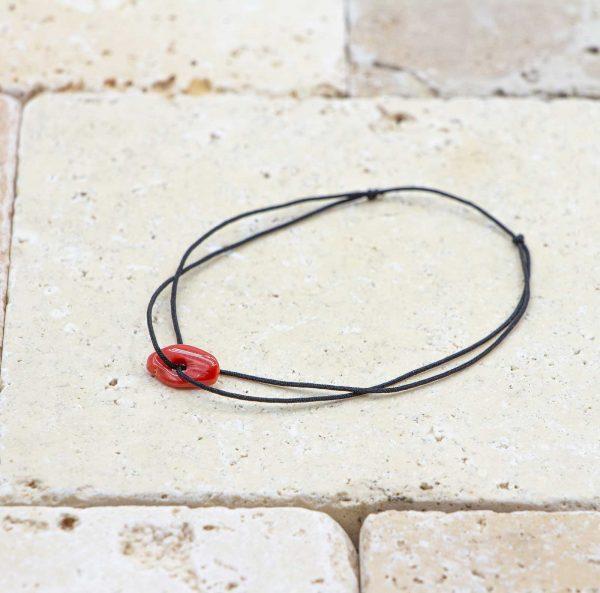 Le noeud / le lien noir est un bracelet mixte en corail rouge fabriqué par L'atelier du corail à Marseille.