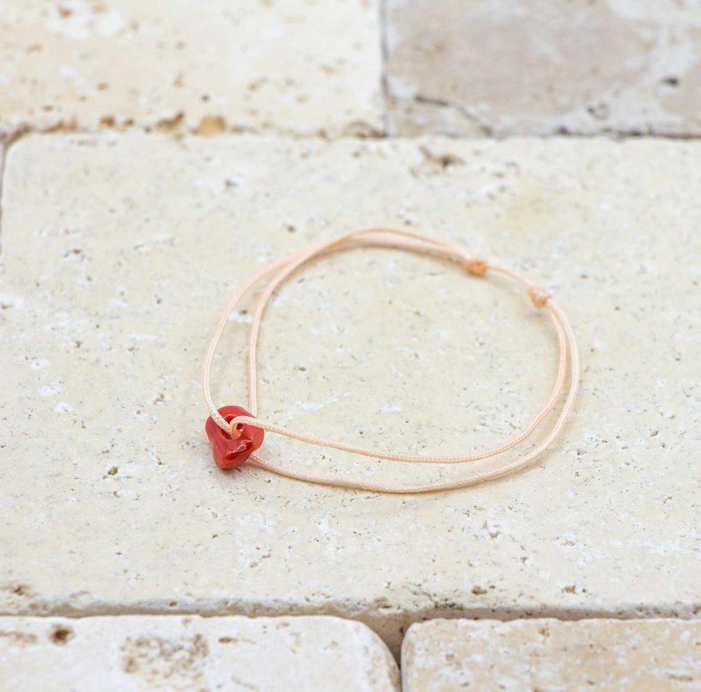 Le noeud / le lien pêche est un bracelet mixte en corail rouge fabriqué par L'atelier du corail à Marseille.