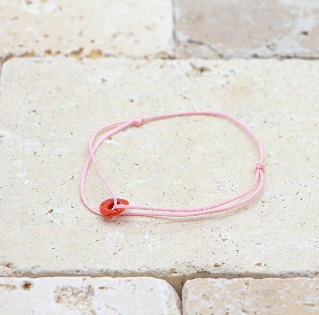 Le noeud / le lien rose est un bracelet mixte en corail rouge fabriqué par L'atelier du corail à Marseille.