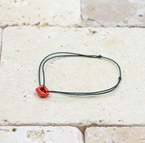 Le noeud / le lien vert bouteille est un bracelet mixte en corail rouge fabriqué par L'atelier du corail à Marseille.