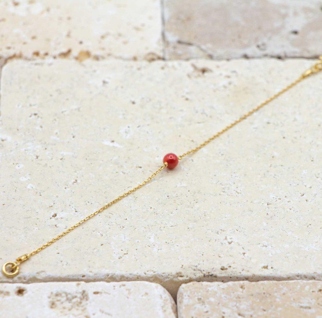 Ma mini perle / Doré est un bracelet en corail rouge pour bébé fabriqué par L'atelier du corail à Marseille.