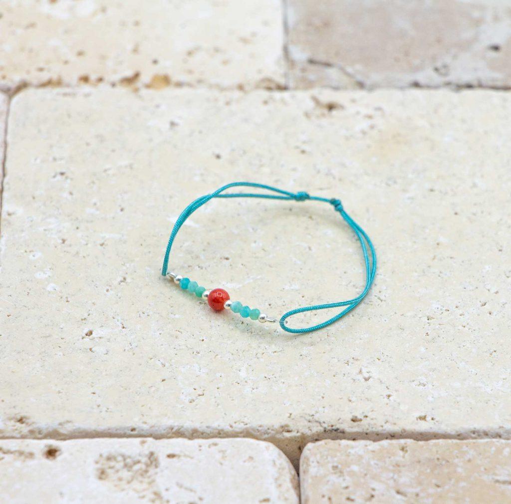 Mini perle / Bleu Turquoise est un bracelet pour bébé en corail rouge fabriqué par L'atelier du corail à Marseille.