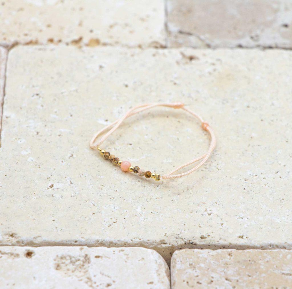 Mini perle Peau d'ange - Pêche pastel est un bracelet pour bébé en corail rouge fabriqué par L'atelier du corail à Marseille.