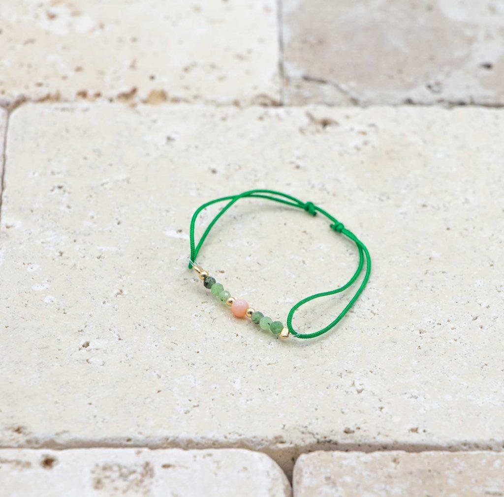 Mini perle Peau d'ange / Vert est un bracelet pour bébé en corail rouge fabriqué par L'atelier du corail à Marseille.