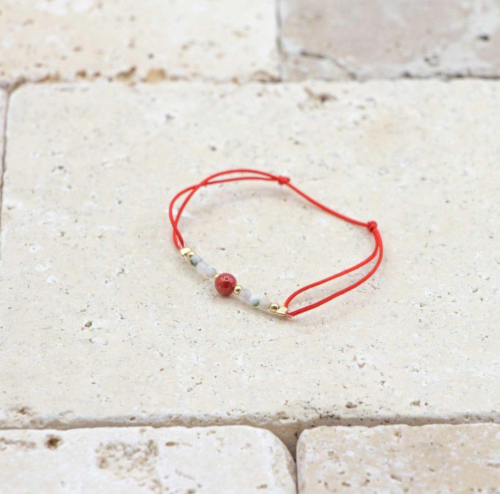 Mini perle / rouge est un bracelet pour bébé en corail rouge fabriqué par L'atelier du corail à Marseille.
