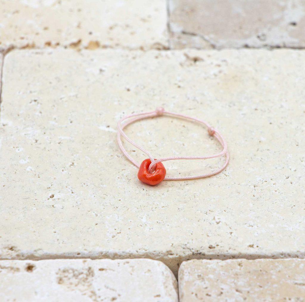 Mon mini noeud de Corail est un bracelet pour bébé en corail rouge fabriqué par L'atelier du corail à Marseille.