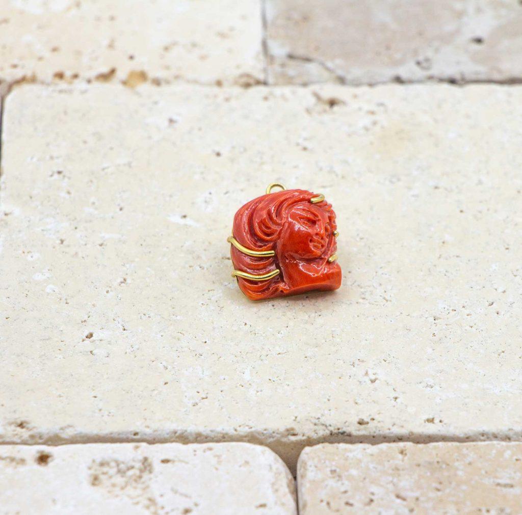 Pendentif Double face est un pendentif en corail rouge fabriqué par L'atelier du corail à Marseille.