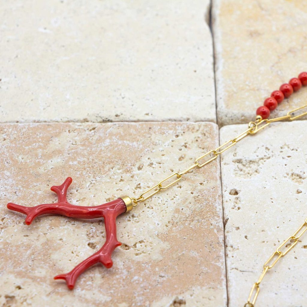 Sautoir Branches Médusa est un sautoir en corail rouge fabriqué par L'atelier du corail à Marseille.